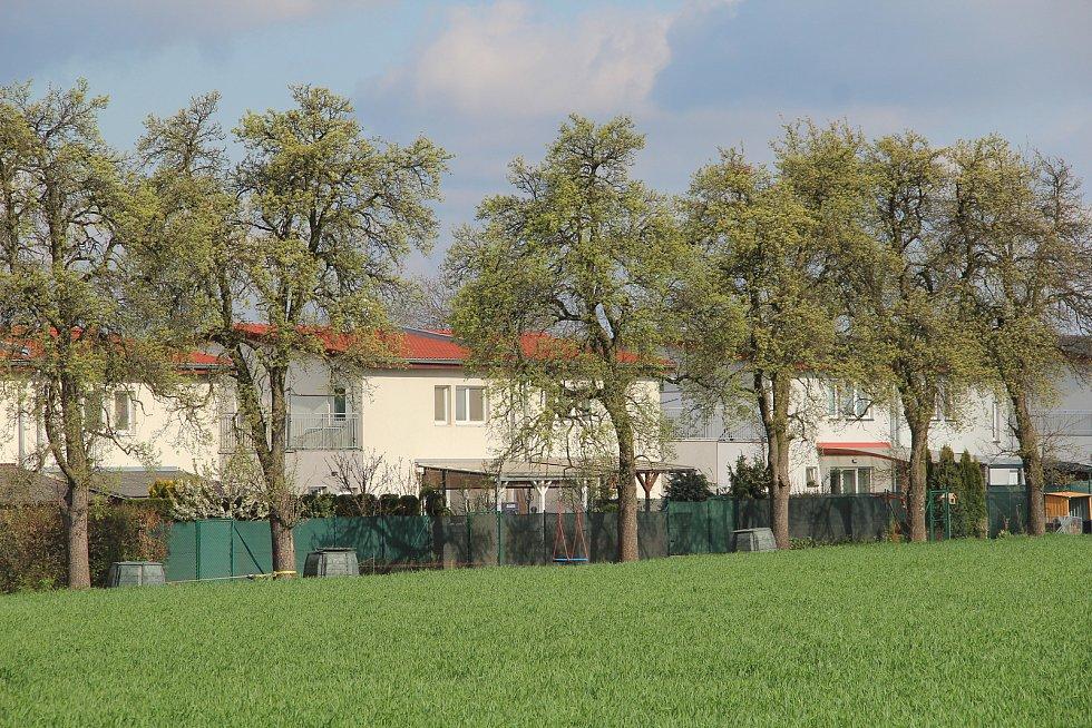 Ústín. Nové rodinné domy ve směru na Topolany.