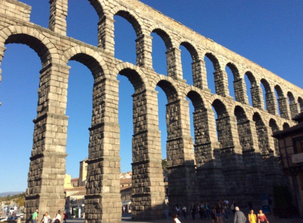 Ve střední části Španělska, je město Segovia, které uchovává nádherný římský akvadukt starý přes 2000 let