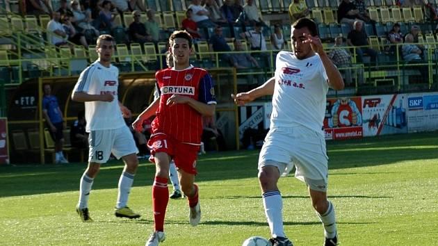 Fotbalisté Holice (v bílém)