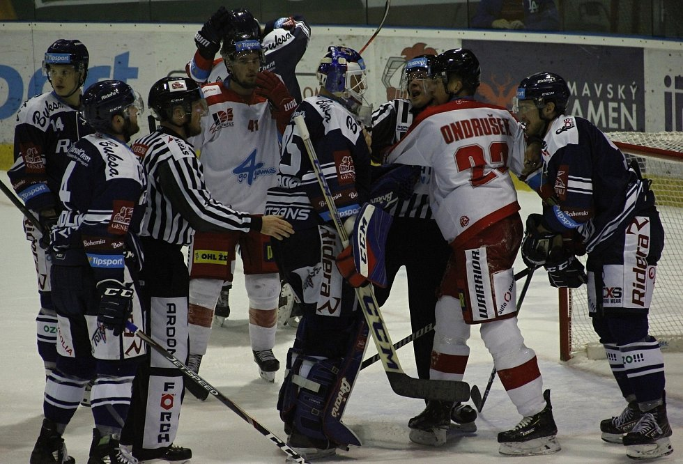 Hokejisté Mory (v bílém) podlehli Vítkovicím 3:4 v prodloužení.