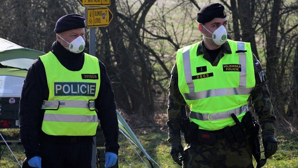 Policie střeží vstup do uzavřené oblasti na Litovelsku. Ilustrační foto