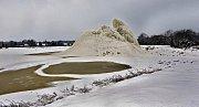 Litovelská Lochnesska. Mráz vykouzlil obrovskou ledovou horu v laguně litoveského cukrovaru