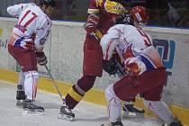 Olomoučtí útočníci Richard Brančík (č. 17) a Filip Smejkal (č. 9) bojují u hrazení.