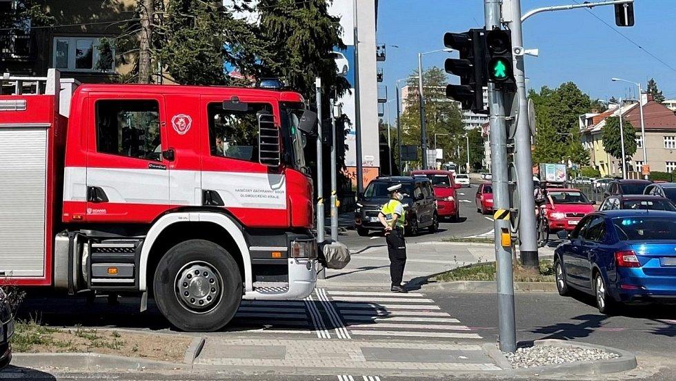 Srážka osobního auta a motocyklu na křižovatce Foerstrovy ulice a třídy Míru v Olomouci, 2. května 2021