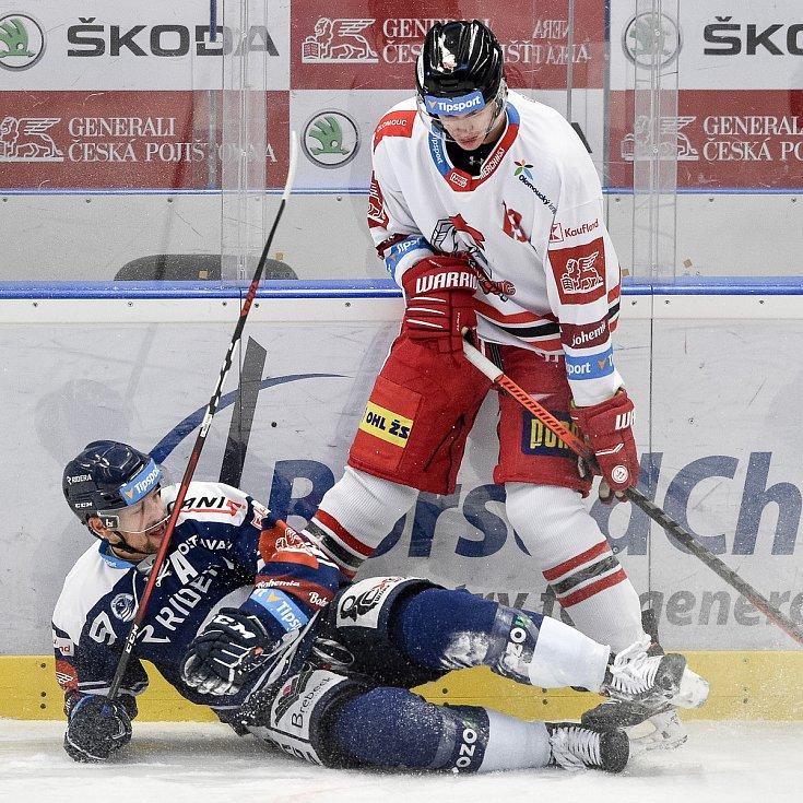 Dohrávka 12. kola hokejové extraligy: HC Vítkovice Ridera - HC Olomouc, 12. ledna 2021 v Ostravě. (zleva) Jan Hruška z Vítkovic a Tomáš Gřes z Olomouce.