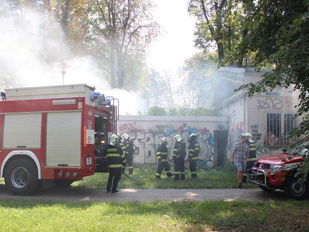 Požár v pavilonu vedle školky v olomouckých Bezručových sadech