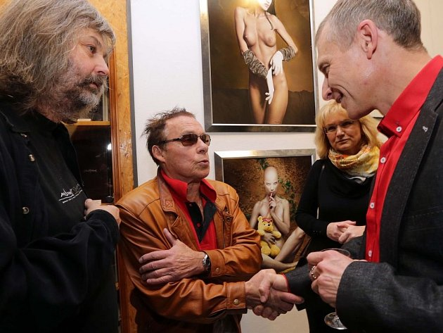 Libor Gronský vlevo. Na vernisáž výstavy fotografií Michala Macků (vpravo) a Antonína Tesaře přijel v listopadu i Jan Saudek