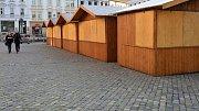 Některé stánky na Dolním a Horním náměstí v Olomouci otevřou už o tomto víkendu, kdy se konají Svatomartinské hody. Vánoční trhy vypuknou v pátek 23. listopadu. Foto: Deník / František Berger