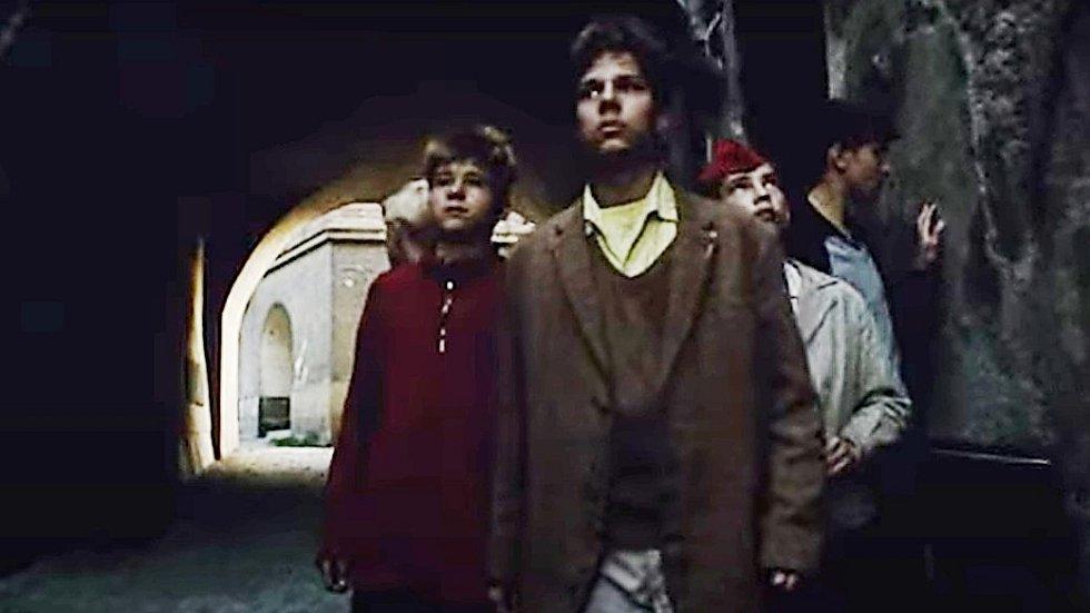 Screen z filmu Záhada hlavolamu. Pohled z ulice Vodární