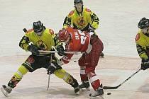 Uničovští hokejisté (ve žlutém)