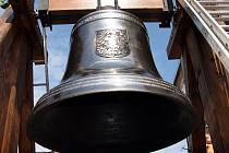 Vystavení zvonu sv. Michaela na náměstí.