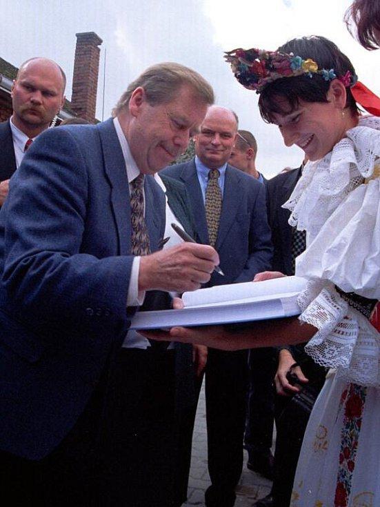 Při návštěvě Bochoře na Přerovsku v roce 1999 se s Havlem přišly pozdravit desítky lidí. Po přivítání jej čekala žena v kroji, která ho obdarovala vdolky, a zpívající děti.