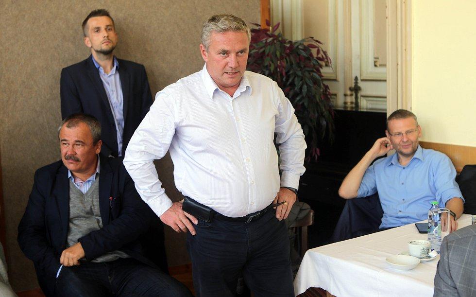 DENÍK BUS - debata v salonku Městského domu v Přerově. Antonín Prachař - bývalý ministr dopravy za ANO