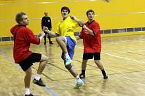 Mikulášský FinoCup 2012 ovládl FC Made Team (v červeném), který ve finále porazil Real HDO.