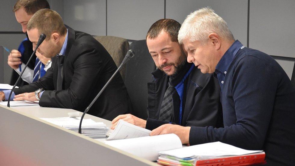 Ivan Kovářík (první zprava) a Tomáš Pantlík (druhý zleva) u olomouckého krajského soudu