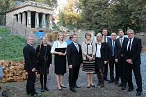 U opravovaného olomouckého mauzolea, kde jsou uloženy ostatky jihoslovanských vojáků, se v úterý odpoledne přišli podívat i velvyslanci Chorvatska, Makedonie, Srbska, Bosny a Hercegoviny a náměstkyně velvyslance Slovinska.