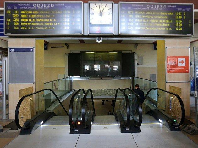 Eskalátory ve vestibulu olomouckého nádraží. Ilustrační foto