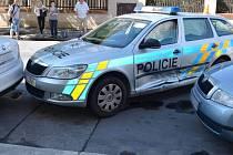 Šofér passatu nedal přednost a naboural policejní vůz