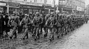 Wehrmacht pochoduje po olomouckém Horní náměstí (za protektorátu náměstí Adola Hitlera)