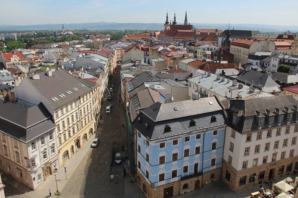 Z ochozu radniční věže v Olomouci se nabízejí krásné pohledy na město.