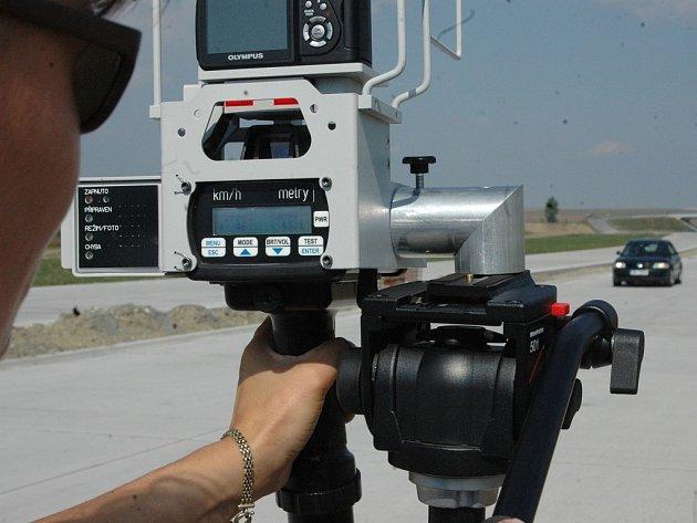 Radar měří rychlost vozidla.