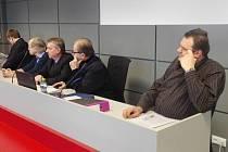 Zprava: Martin Piperka, advokát Luďka Konvičky, Luděk Konvička, Vladimír Líčeník a jeho právní zástupce.