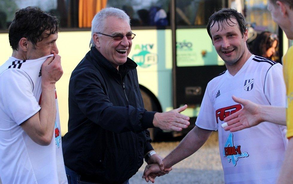 Michal Kovář a David Kobylík přijímají gratulace od Petra Uličného.