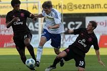 Sigma v Evropské lize proti Evertonu. Škerle v souboji se dvěma hráči soupeře