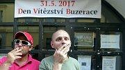 Kuřáci z kultovního olomouckého podniku Ponorka musí nyní před hospodu