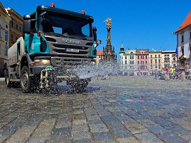 Kropící vůz v akci na rozpáleném Horním náměstí v Olomouci