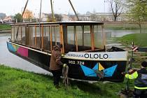 Spouštění olomoucké výletní lodě Kordulka na hladinu na začátku sezony 2016