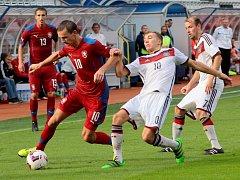 Výběr amaterských hráčů České republiky (Olomoucký kraj) remizoval s Německem (Brémy) 2:2  David Škoda (č. 10), v pozadí Michal Zimčík (č. 13)
