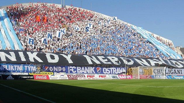 Fanoušci Baníku na severní tribuně Androva stadionu v Olomouci