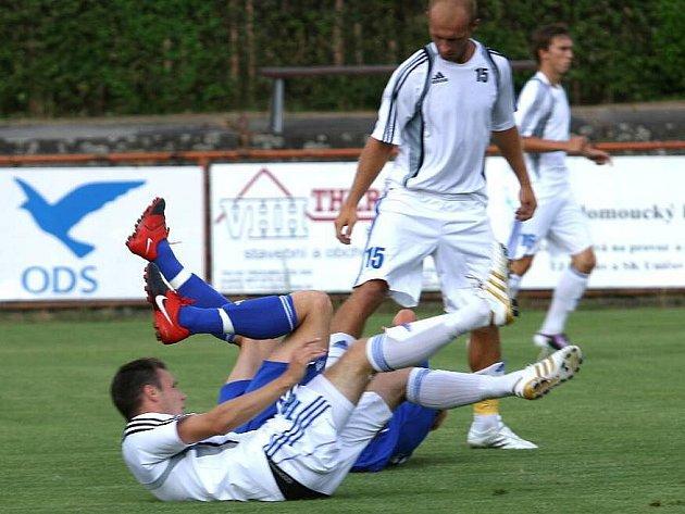 Uničovští fotbalisté  (v bílém)