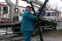 Sundávání vánočních ozdob ze sloupů veřejného osvětlení v Hranicích