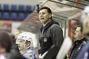 Olomoučtí hokejisté (v bílém) porazili Chomutov 1:0. Vladimír Růžička, trenér Chomutova.