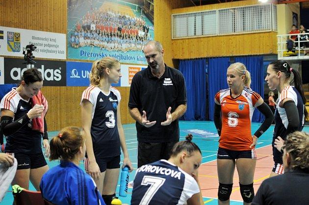 Trenér Šternberku Martin Hroch promlouvá ke svým svěřenkám