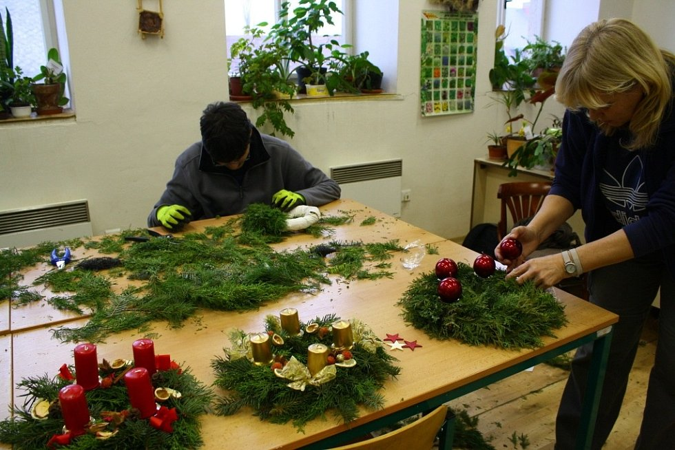Studenti zahradnického oboru připravují adventní věnce