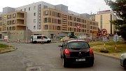 Kam dál? Řidiči, kteří vjedou do Dobnerovy ulice v Olomouci jsou v pasti. Nemohou rovně ani vpravo. Na místě se ve stejnou dobu potkala dvě omezení související s výstavbou bytového dobu a rekonstrukcí povrchu vozovky.