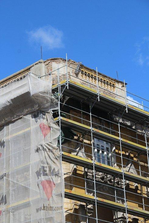 Zchátralý dům na rohu Dobrovského a Komenského ulice v Olomouci přišel při rekonstrukci o věžičku. Fasáda má zůstat zachována včetně všech ozdobných prvků i lodžie. Úpravy majitel konzultuje s památkáři. Duben 2021