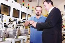 Generální ředitel společnosti Edwards v Lutíně Tomáš Flajsar (vpravo) ve výrobní hale firmy.