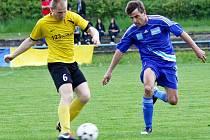 Fotbalisté Šternberka (v modrém) proti Novým Sadům
