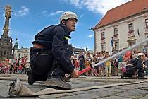 Hasiči při ukázce na Horním náměstí v Olomouci. Ilustrační foto