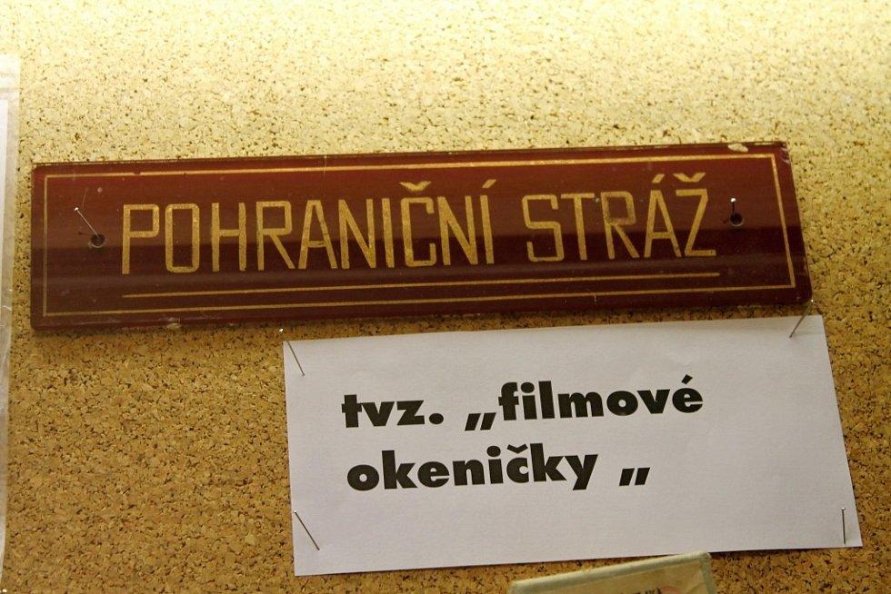 Památeční plakáty a předměty z výstavky v kině Metropol