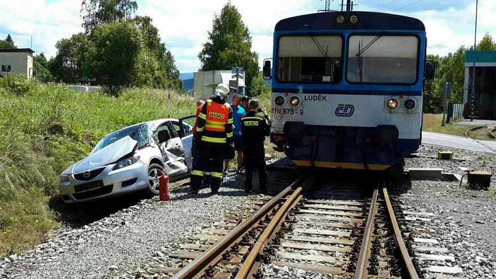 Srážka osobního auta s vlakem u Lipové-lázní