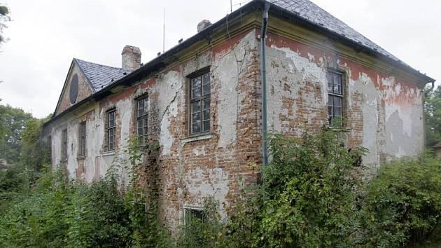 Zchátralý zámek v Nenakonicích