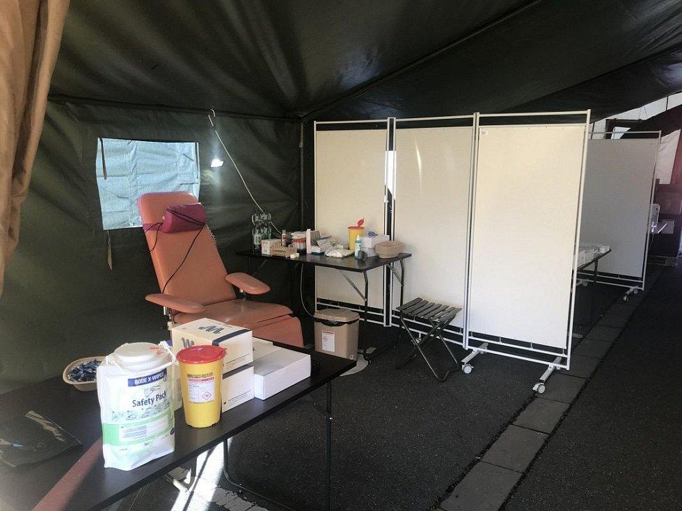 Odběrové místo na plošné koronavirové testy před olomouckým Globusem a OC Olomouc City. Pátek 24.4.2020 ráno před prvním otevřením odběrových stanů
