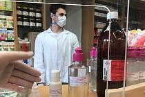 Lékárna v olomoucké čtvrti Hodolany se pustila do výroby dezinfekce, nabízí i vlastní paracetamol v kapslích či roušky zdarma