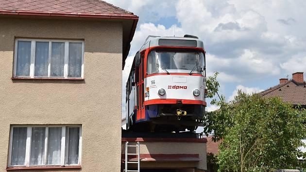 Tramvaj původem z Olomouce převezená do Jihlavy a umístěná na střeše garáže v ulici Lidická kolonie ve čtvrti Slunce.