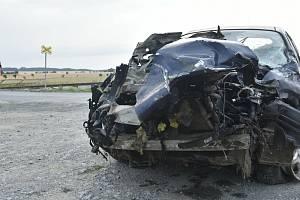 Železniční přejezd mezi Dubčany a Odrlicemi, místní částí Senice na Hané - následky nehody auta a vlaku 17. 7. 2021